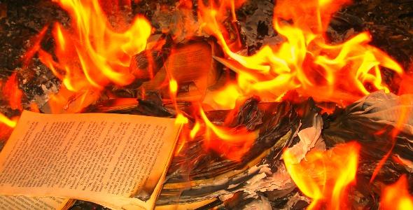 """In Polonia si bruciano i libri: """"Sono Blasfemi"""""""